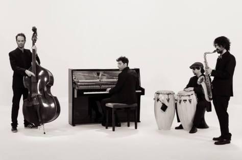 Bruno Oro al piano, amb la resta dels músics que l'acompanyen al disc
