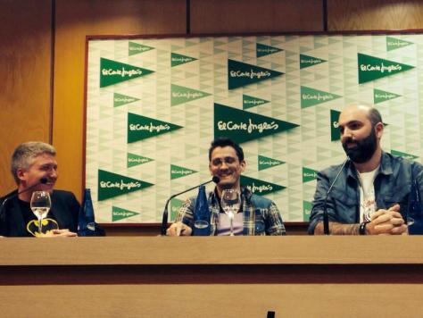 El dibuixant Àlex Santaló, acompanyat de Pep Prieto i Marc Pastor, durant la presentació del còmic